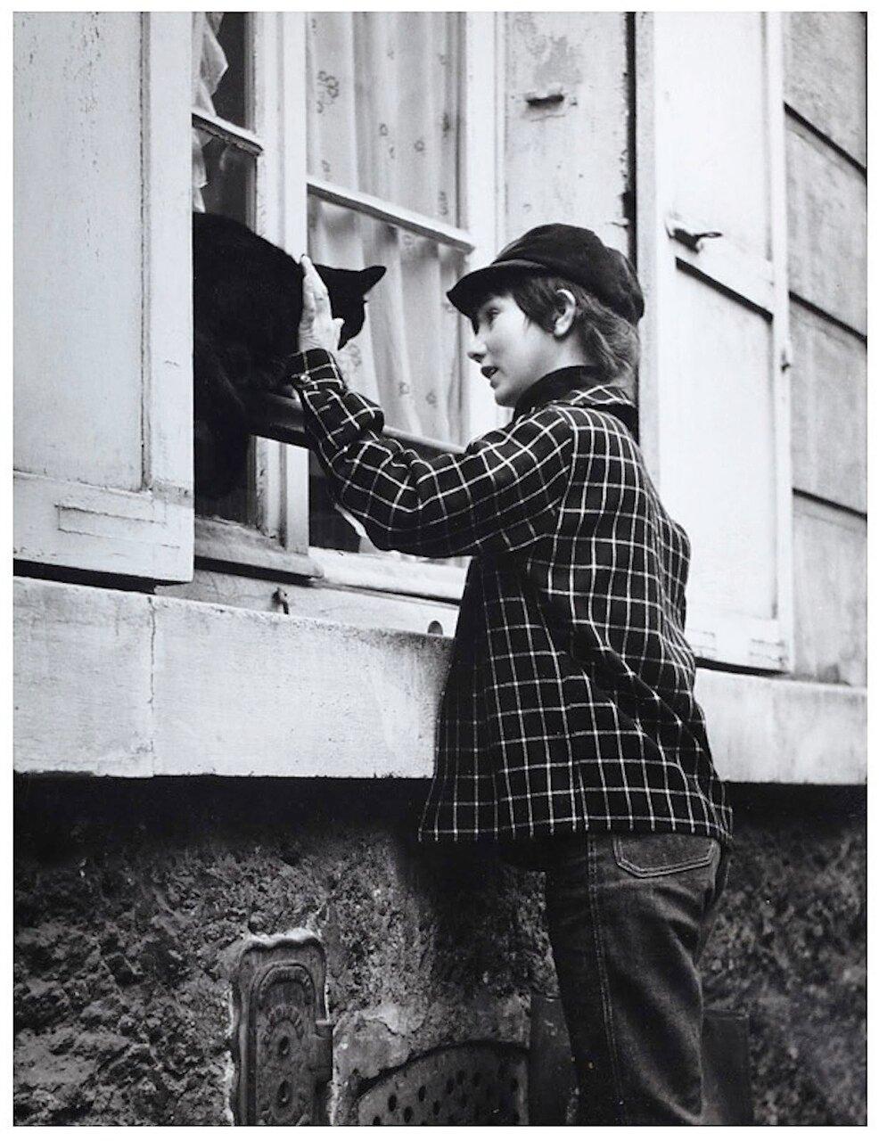 1955. Мальчик с кошкой