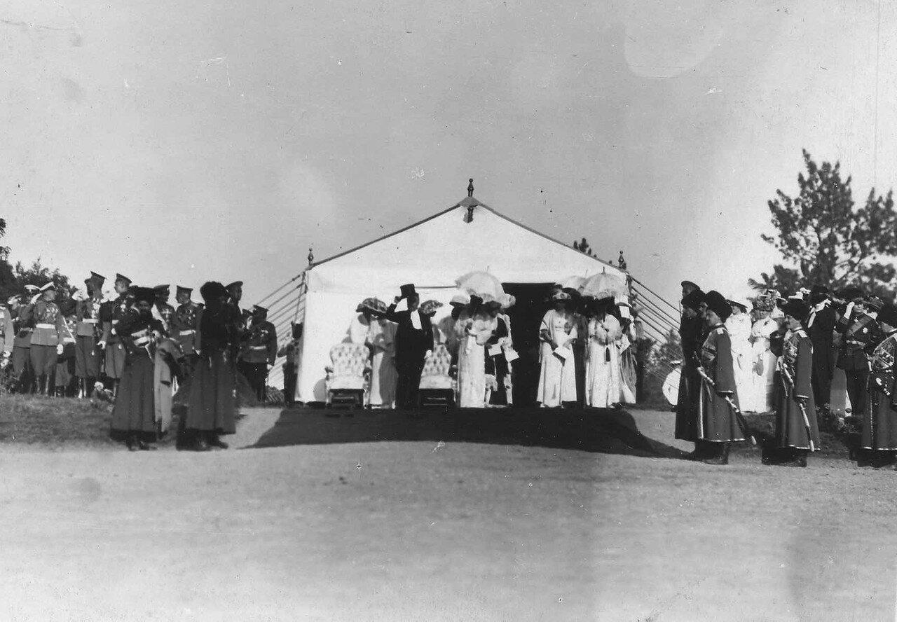 86. Пуанкаре, императрица Александра Федоровна и свита в шатре на параде войск
