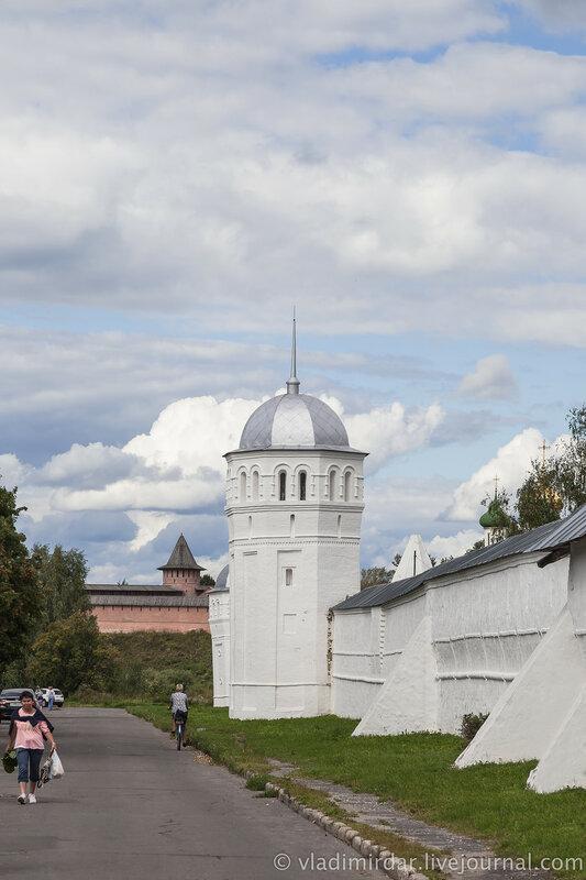 Башня крепостной стены Покровского монастыря. Суздаль.