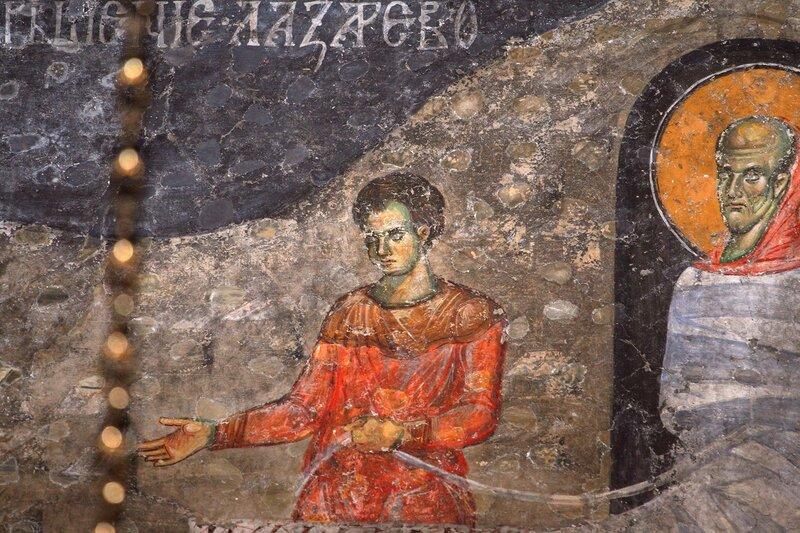 Воскрешение Праведного Лазаря. Фреска XIII века в церкви Святых Апостолов в Пече, Косово, Сербия. Фрагмент.