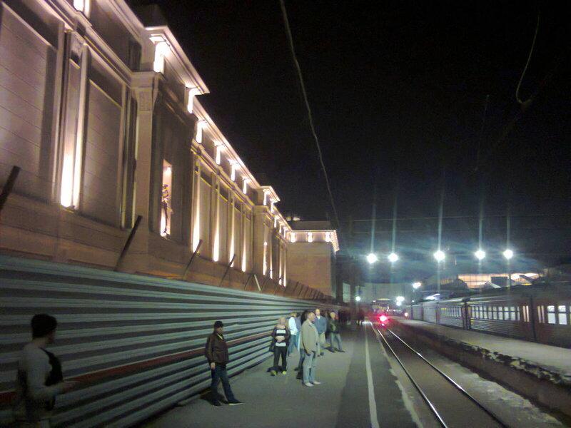 Освещение железнодорожных платформ на Московском вокзале в Санкт-Петербурге.