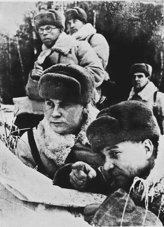 17-3 Герой Советского Союза командир 1-й гвардейской Московской мотострелковой дивизии полковник А.И. Лизюков на наблюдательном пункте.jpg
