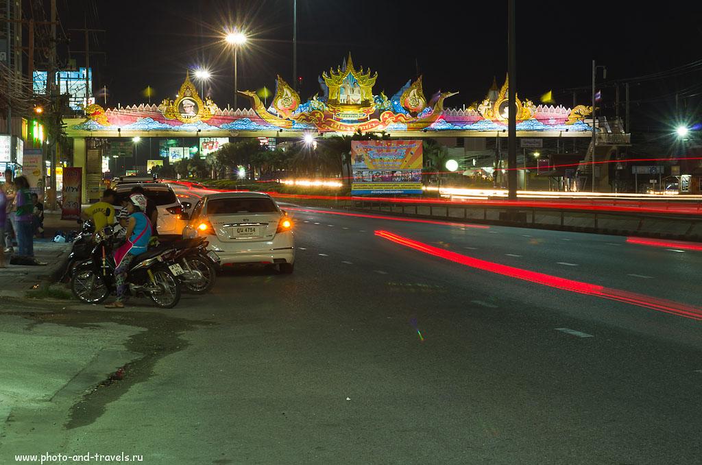 """14. Пешеходный мост через улицу Сукхумвит-роуд в Паттайе. Нам нужно перейти направо по нему. За мостом слева - госпиталь Bangkok Phattaya Hospital, справа вы увидите вывеску """"McDonald's"""". Как добраться на тук-туке в парк """"Мини Сиам""""."""