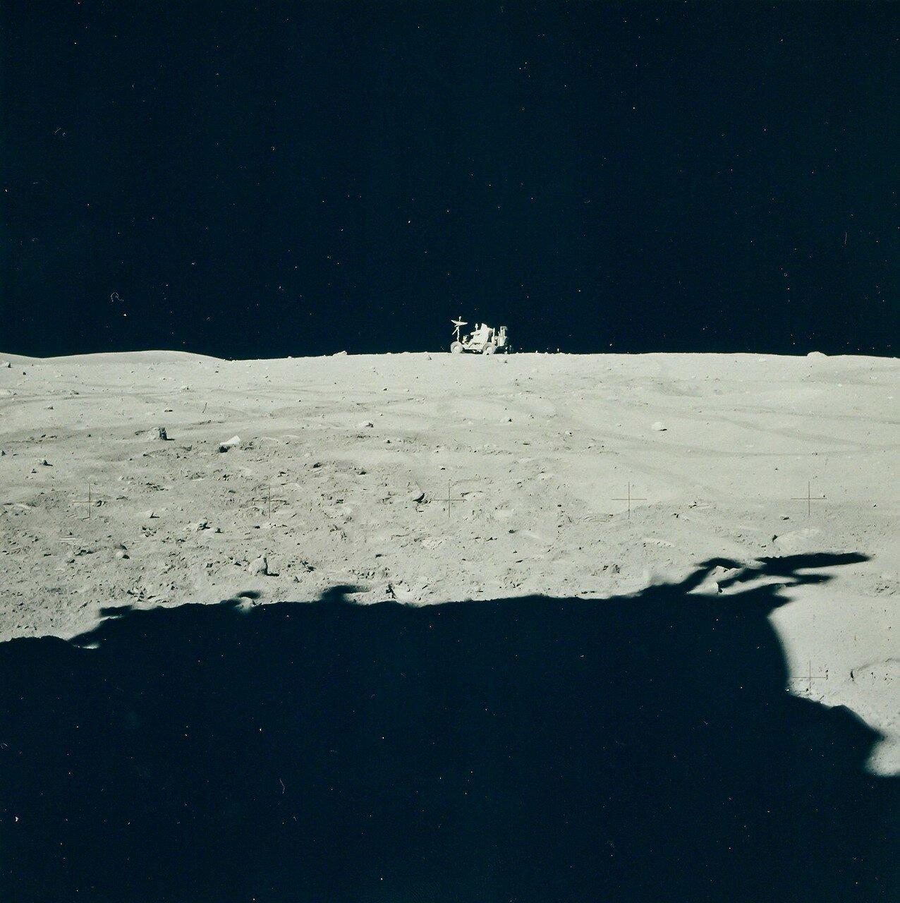 От кратера Плам астронавты поехали назад. Они уже отставали от графика на 24 минуты. На снимке Джон Янг ведет «Ровер» обратно к ЛМ
