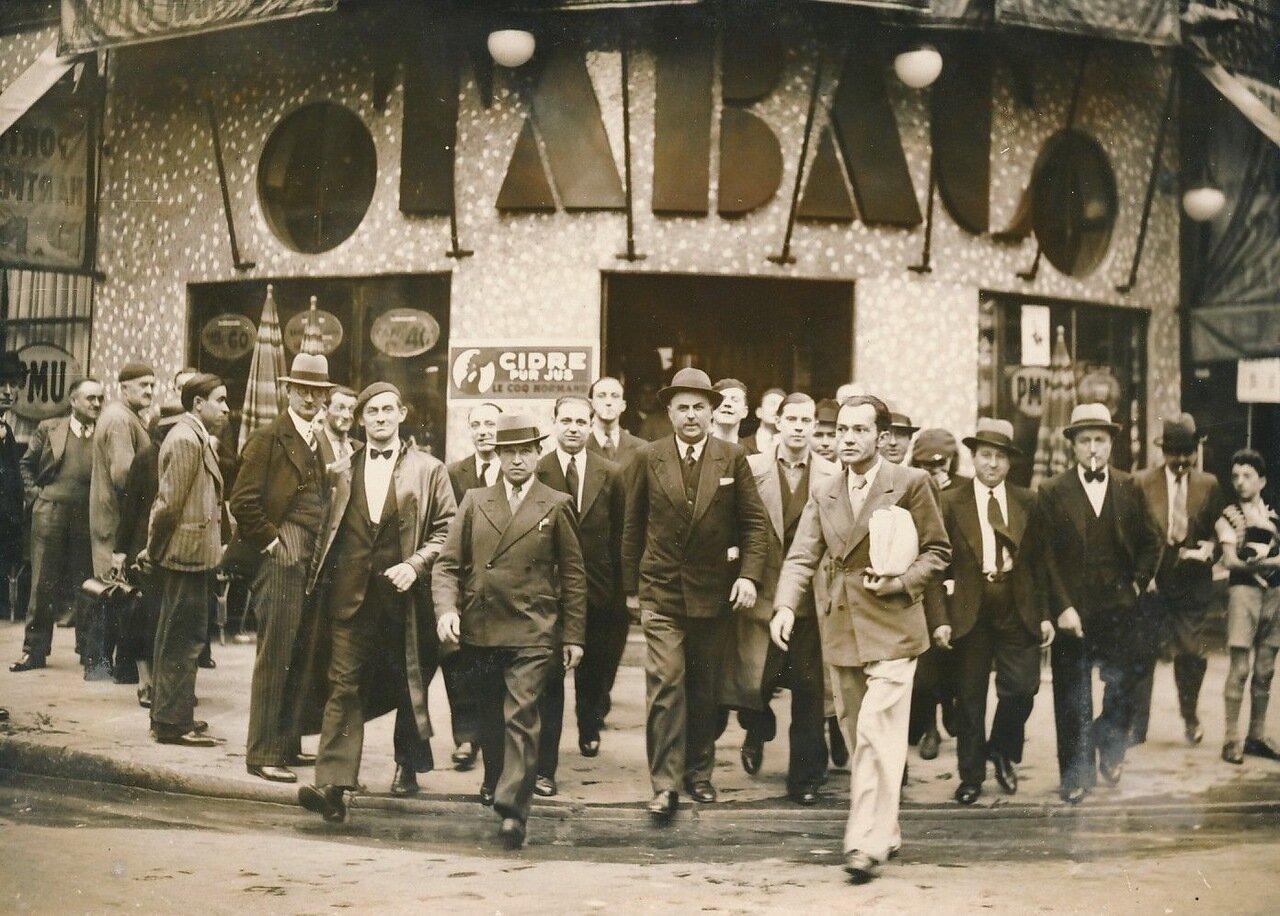 1936. Участники манифестации на Рю Монмартр
