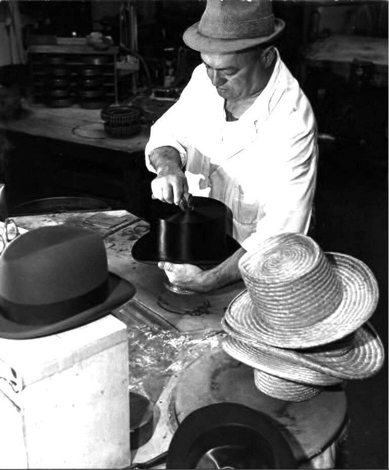 1949. Шляпник