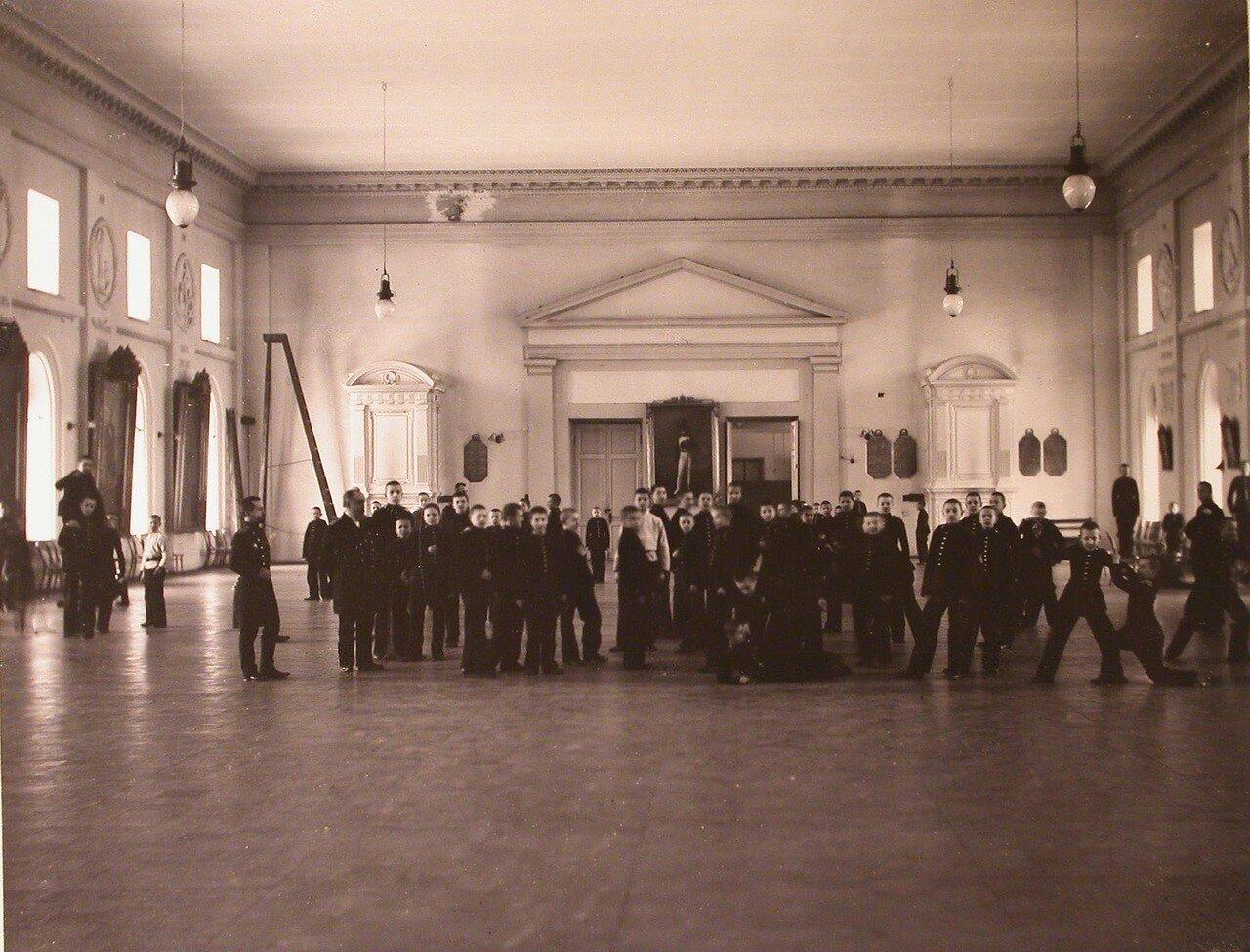 18. Воспитанники и преподаватели кадетского корпуса в актовом зале во время перерыва между занятиями
