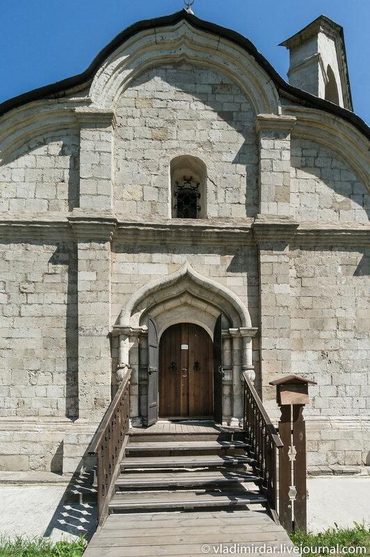 Западный портал - вход в храм святого Трифона в Москве