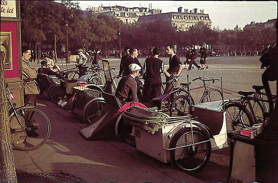 1942 Велотакси в Париже Robert Bothner.jpg