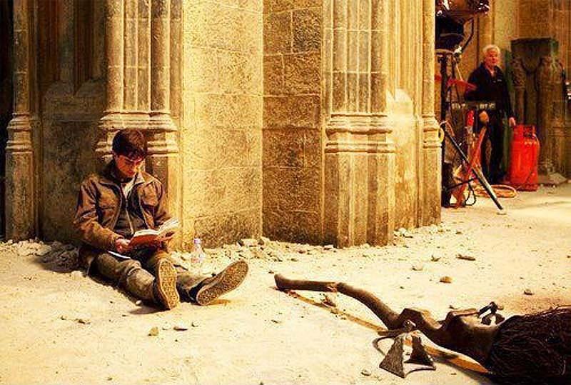 027 Гарри Поттер на съемках «Гарри Поттера» читает «Гарри Поттера».jpg