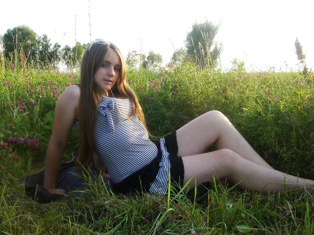 Девчонка  в полосатом платье среди цветов