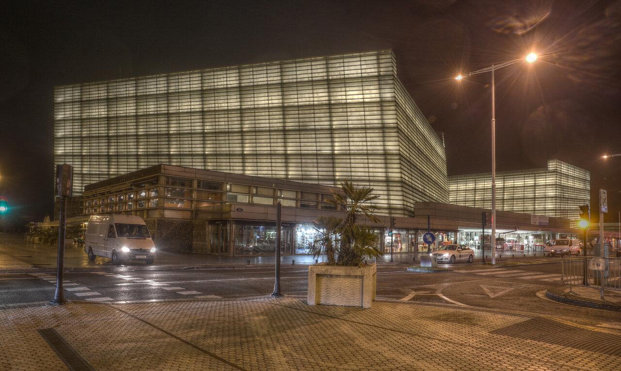 Доностия-Сан-Себаcтьян. Дворец конгрессов и Аудитория Курсааль ночью (HDR)