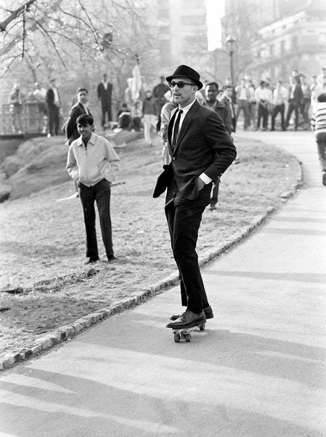3. Мужчина в костюме и темных очках едет на скейтборде в Центральном парке (1965)