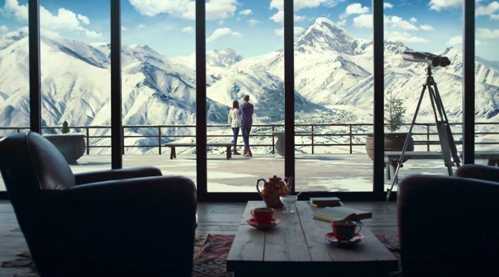 Вид наодну изсамых высоких вершин Кавказа— Казбеги.