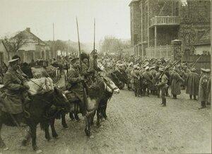 Солдаты армейских частей и казаки на одной из улиц г.Кельце, занятого русскими войсками  во время наступления.
