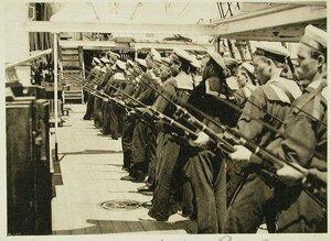 Матросы команды одного из судов эскадры во время обучения ружейным приемам