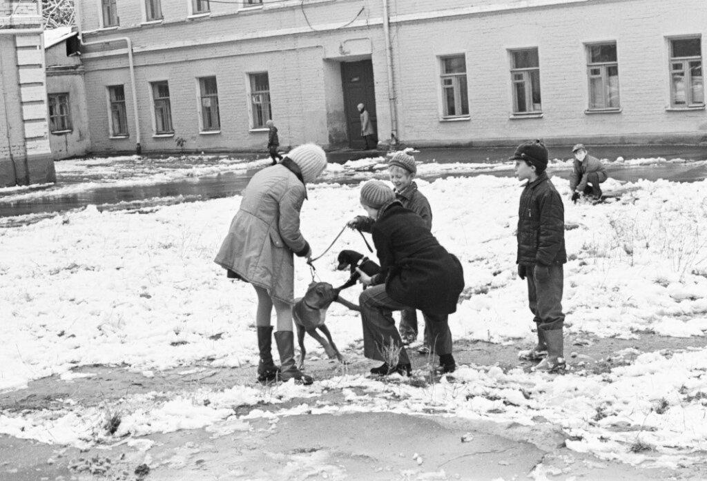 Дети во дворе. Москва. 1972
