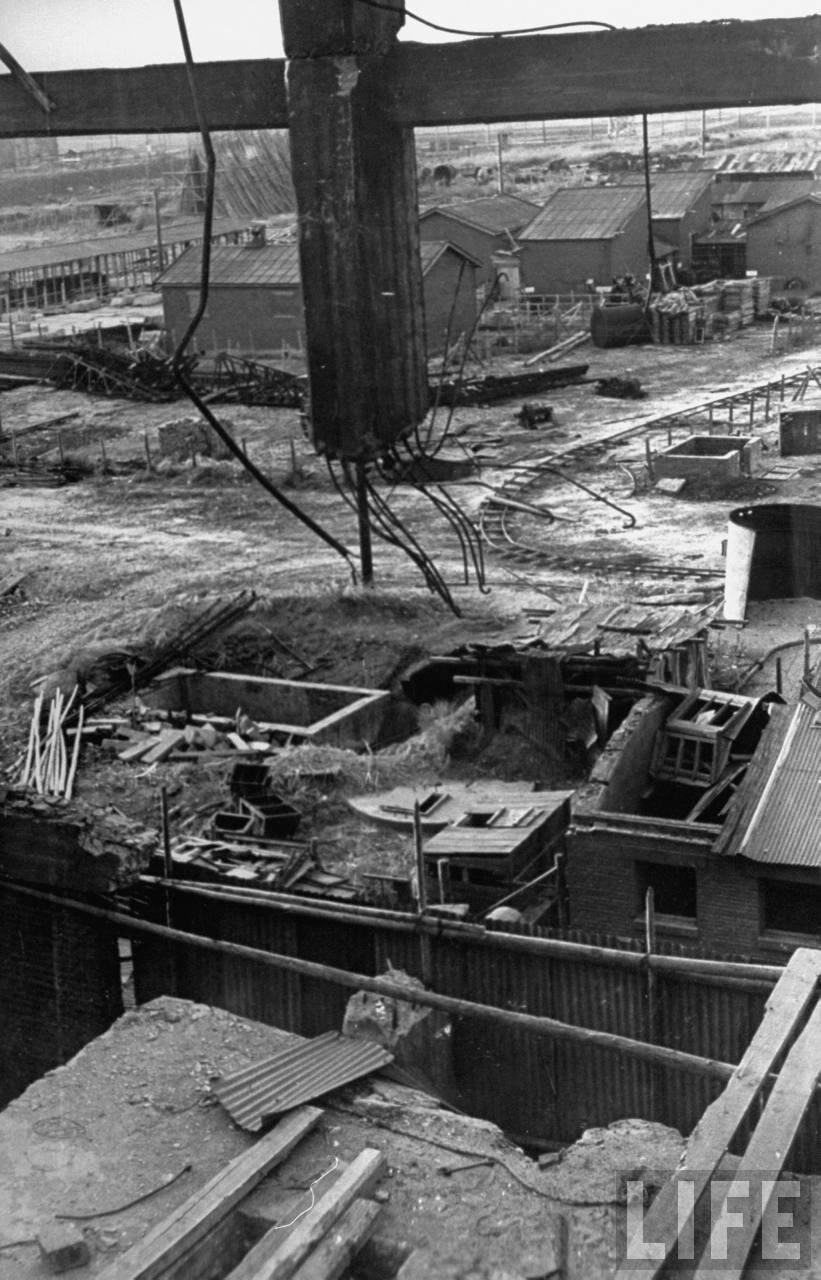 Руины демонтированного завода. 1946