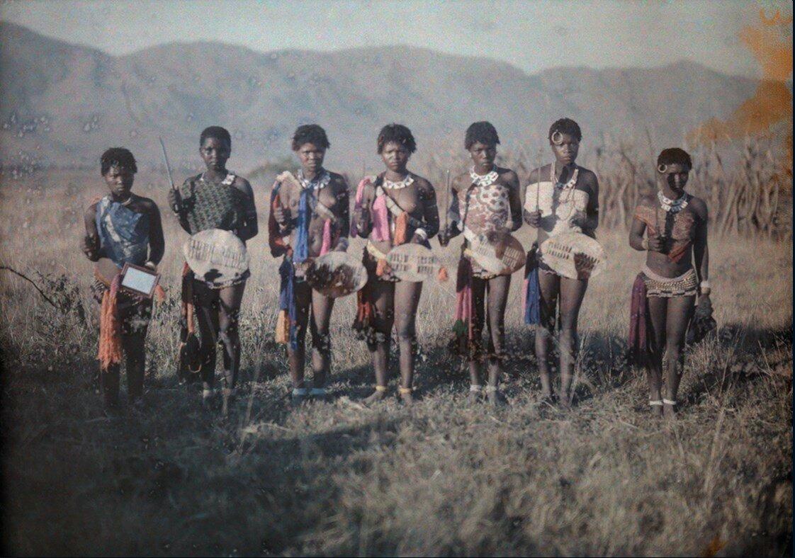 1930. Группа танцующих девушек свази в Свазиленде, Южная Африка