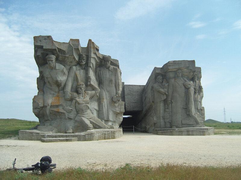 """монумент """"Героям Аджимушкая"""""""