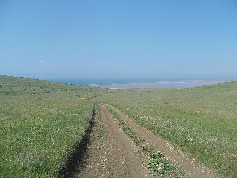 по склону горы Опук к озеру Кояшскому и берегу Черного моря
