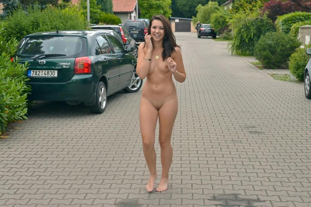 голоя любимоя девушка ходит по улице фото