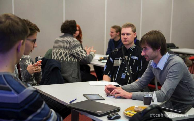 Справа: Ян Смельницкий консультирует проект на рабочих выходных Harvest