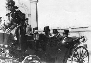 Французский президент Раймон Пуанкаре и сотрудники французской миссии в коляске во время посещения Петропавловского собора.