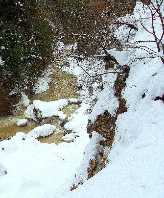 В ущелье, снег, река ... SDC18721.JPG
