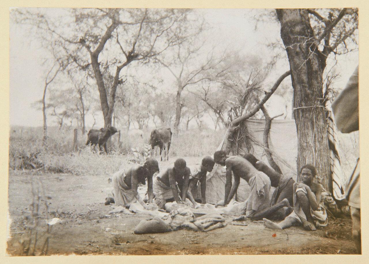 Август 1898. Женщины Джалин месят тесто