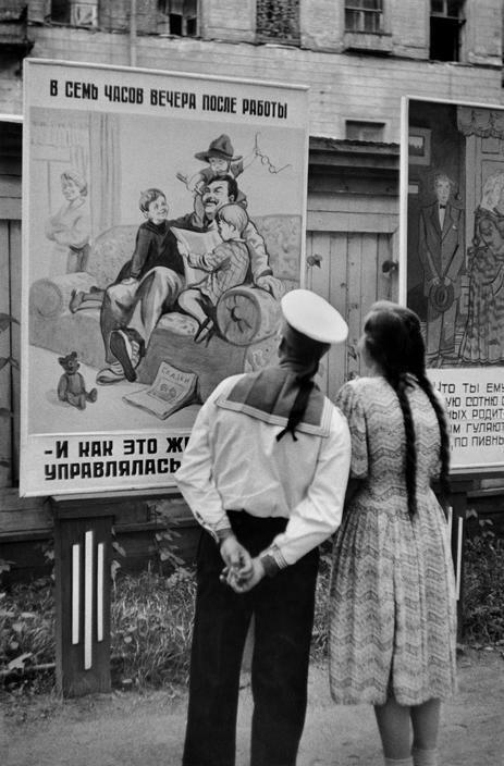 1954. Ленинград. Плакаты, на которых правительство критикует некоторые дефекты советского общества