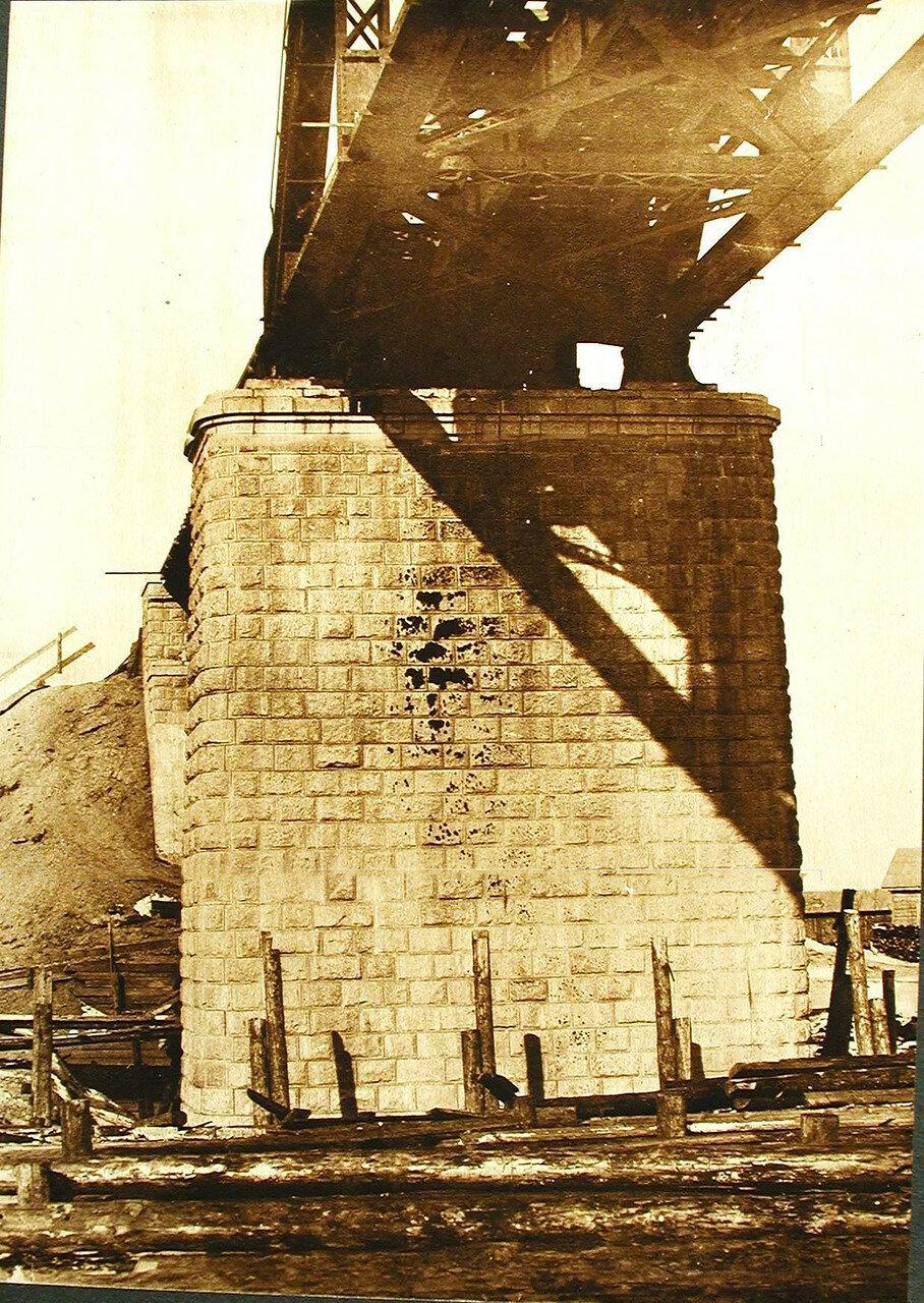 16. Вид берегового устоя моста через р.Зею до очистки
