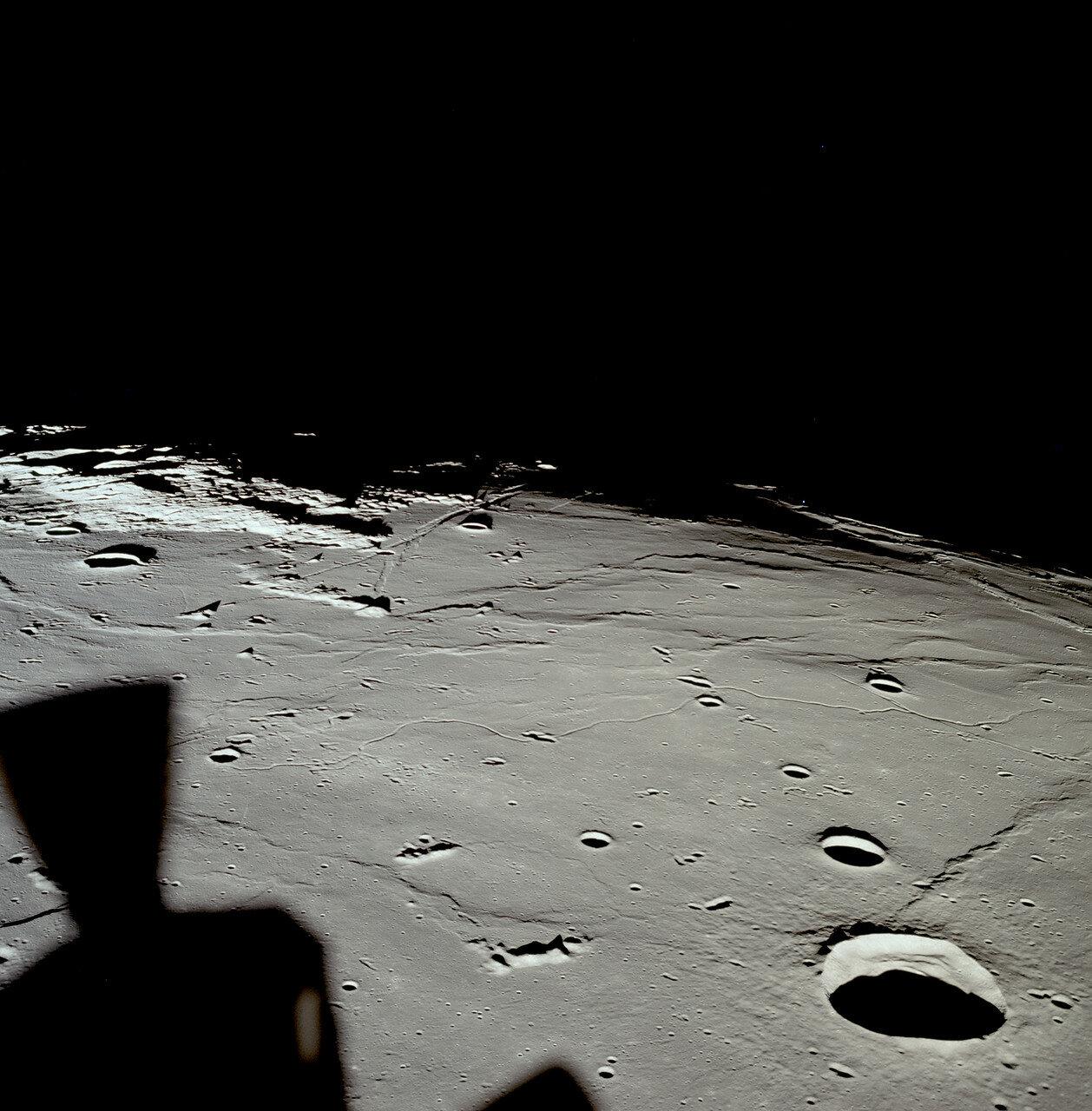 На высоте около 80 метров вертикальная скорость снижения составляла около 0,5 м/с. Олдрин сообщил, что осталось 8% топлива. Ещё через несколько секунд он добавил, что видит тень «Орла» на поверхности Луны.