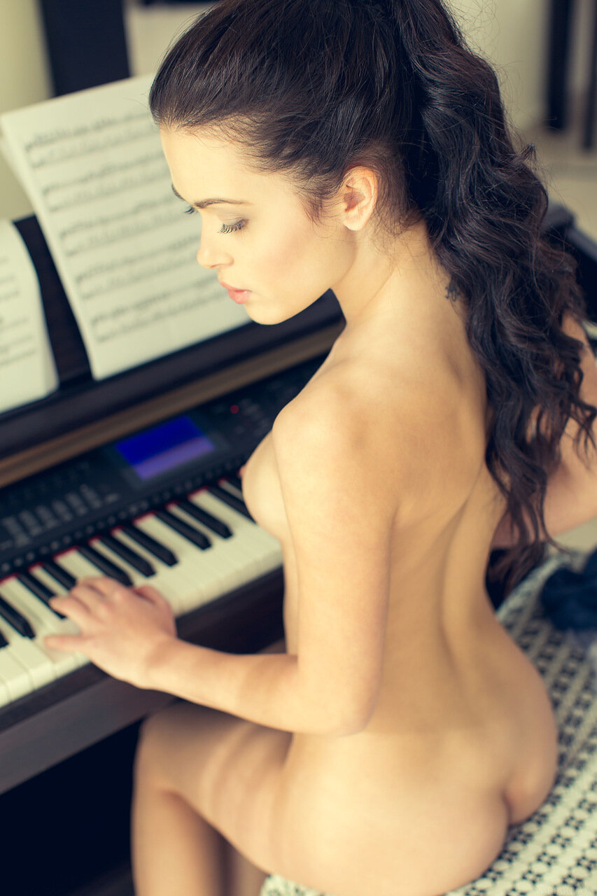 nude-pianist-italy-emo