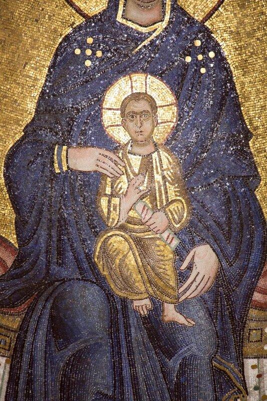 Богоматерь с Младенцем на троне. Мозаика монастыря Осиос Лукас (Преподобного Луки), Греция. 1030-е - 1040-е годы. Фрагмент.