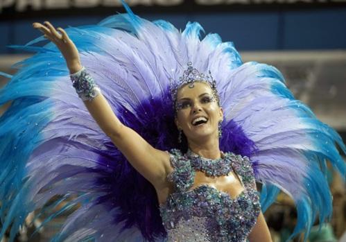 Бразильская телеведущая Анна Хикман принимает участие в карнавальном параде школы самбы Vai-Vai на самбодроме в Anhembi