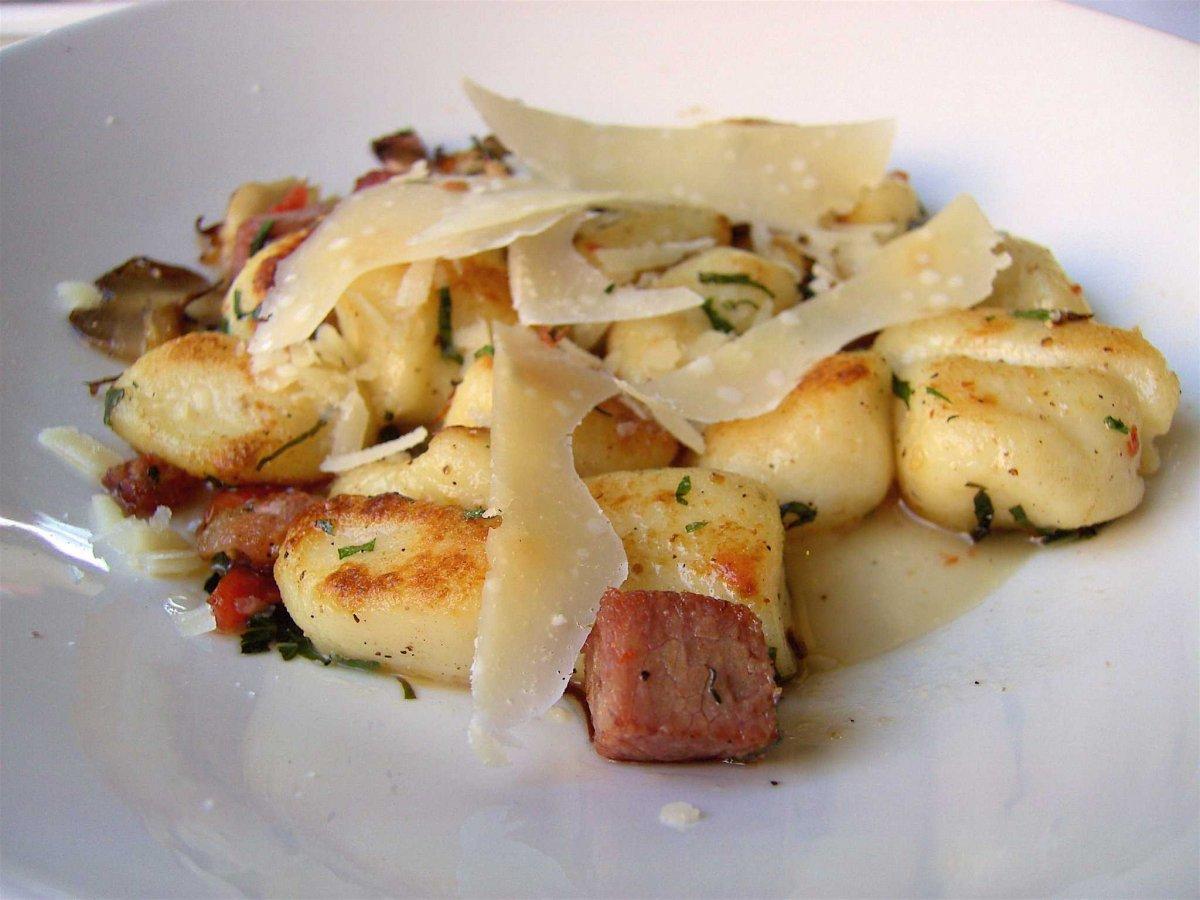 4. Среди огромного разнообразия итальянской кухни особняком стоят нежные ньокки. Хотя это скорее кле