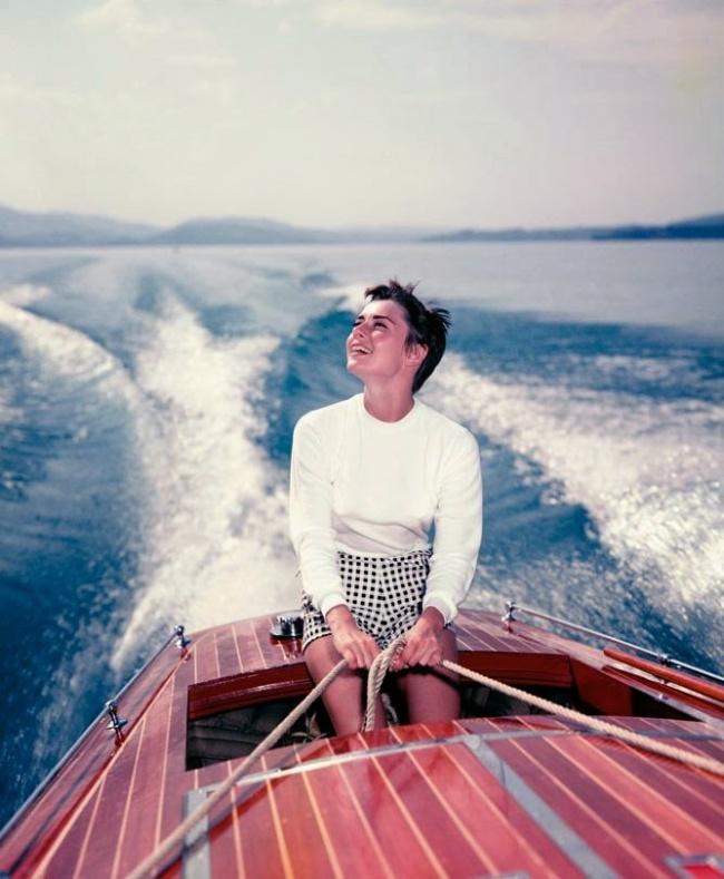 На лодке на озере Бюргенсток в Швейцарии. Фотограф: Ганс Гербер. Август 1954 г.