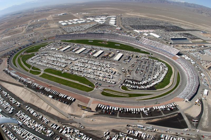 32. Огромная толпа заполнила арену во время гонки 300 NASCAR в субботу, 6 марта 2004 на гоночном тре