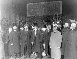 Группа посетителей выставки у экспонатов Стрельнинской дворцовой школы садоводства. 1910 г.