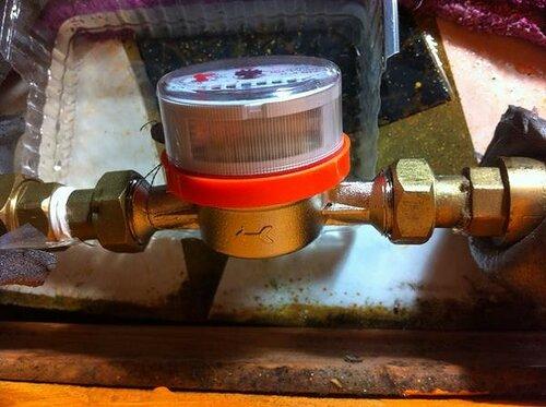 При монтаже водомера важно соблюсти направление потока воды, указанное стрелкоё на корпусе
