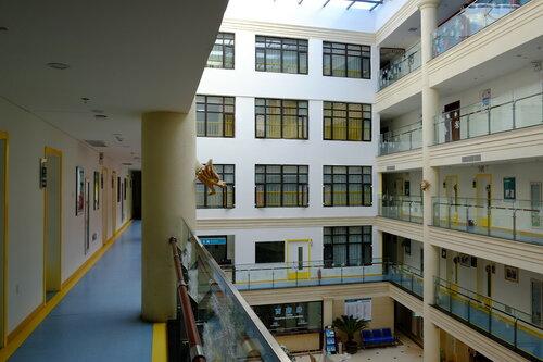 Внутри основного здания - коридор 3 этажа