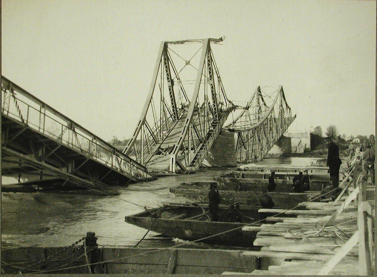 01. Вид части моста через р.Днестр, разрушенного австрийскими войсками при отступлении.