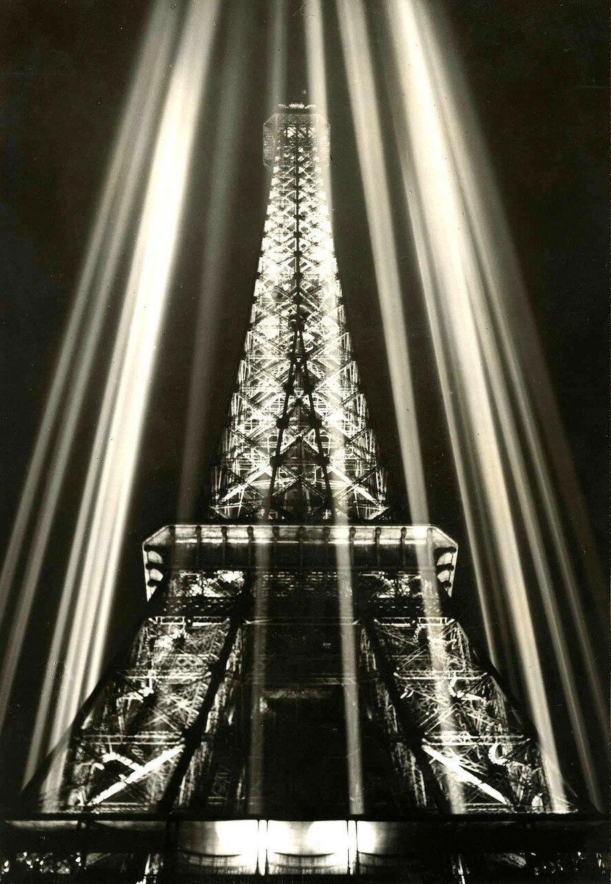 1937. Эйфелева башня в огнях