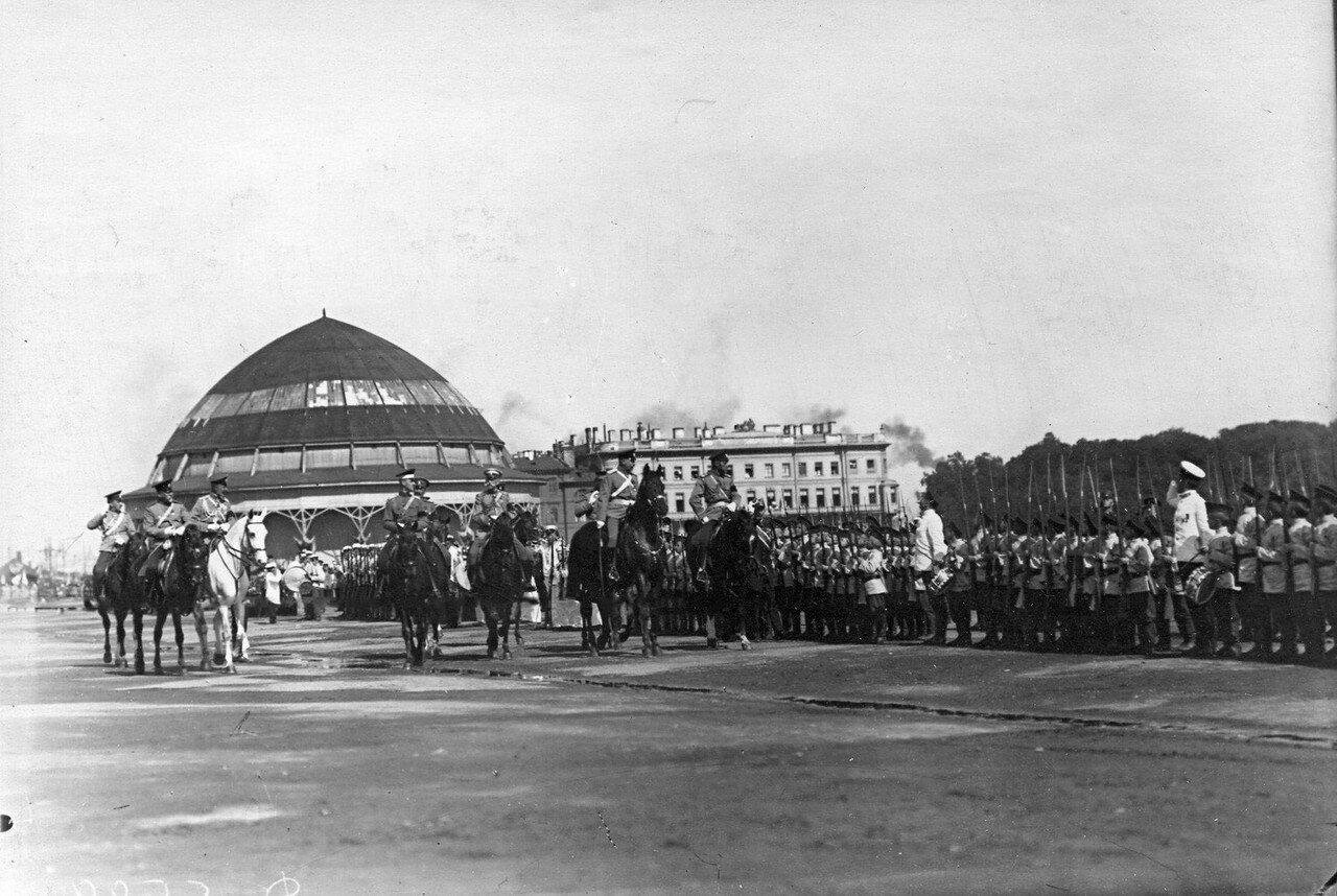 39. Император Николай II с офицерами объезжает строй потешных перед началом парада; на заднем плане здание, где находилась Бородинская панорама художника Ф.А. Рубо