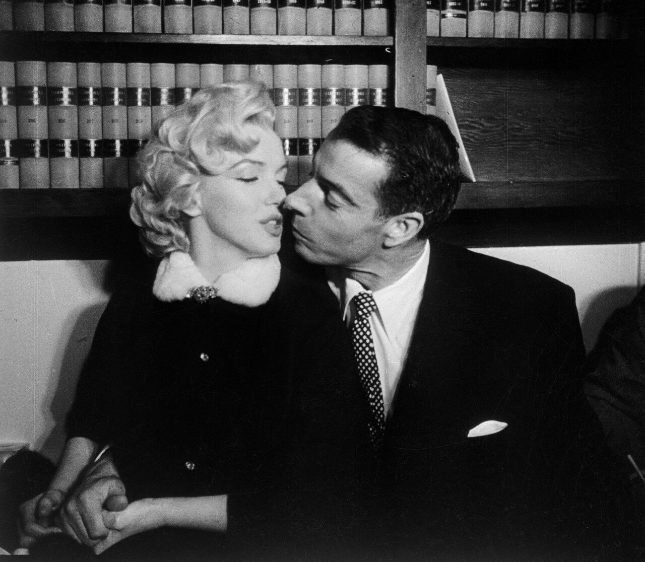 Marilyn Monroe and Joe DiMaggio Kissing After Marriage