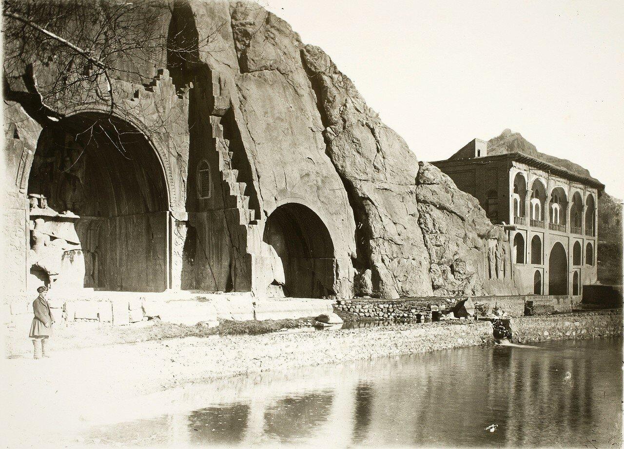 Накше-Рустам. Сасанидские рельефы с изображением инвеститур Ардашира I (слева) и Бахрама II (справа)  богом Ахура Маздой (Ормузд)