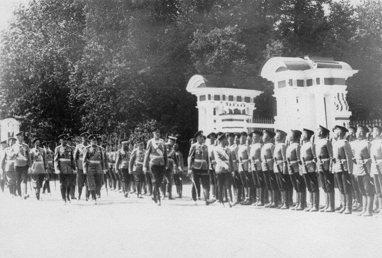 17. Император Николай II и сопровождающие его генералы обходят подразделения полка перед началом парада. Петергоф. 29 июня 1913