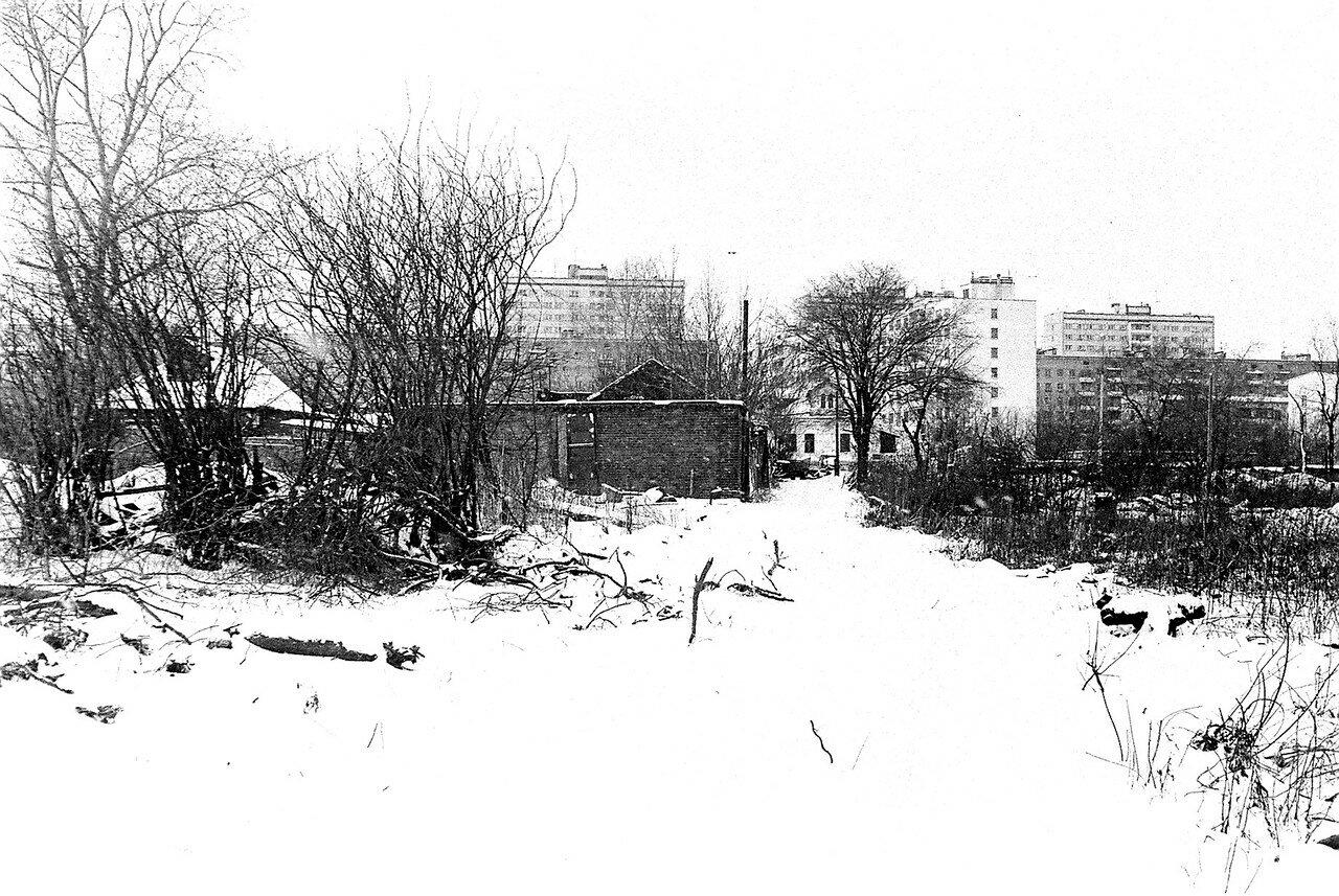 1981. Колхозный гараж, ныне конюшня коломенской милиции. Вид сзади. Вдали видна улица Большая и дом Гробовых
