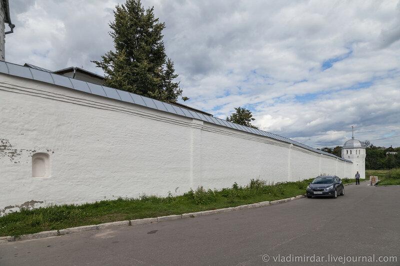 Южная крепостная стена Покровского монастыря. Суздаль.